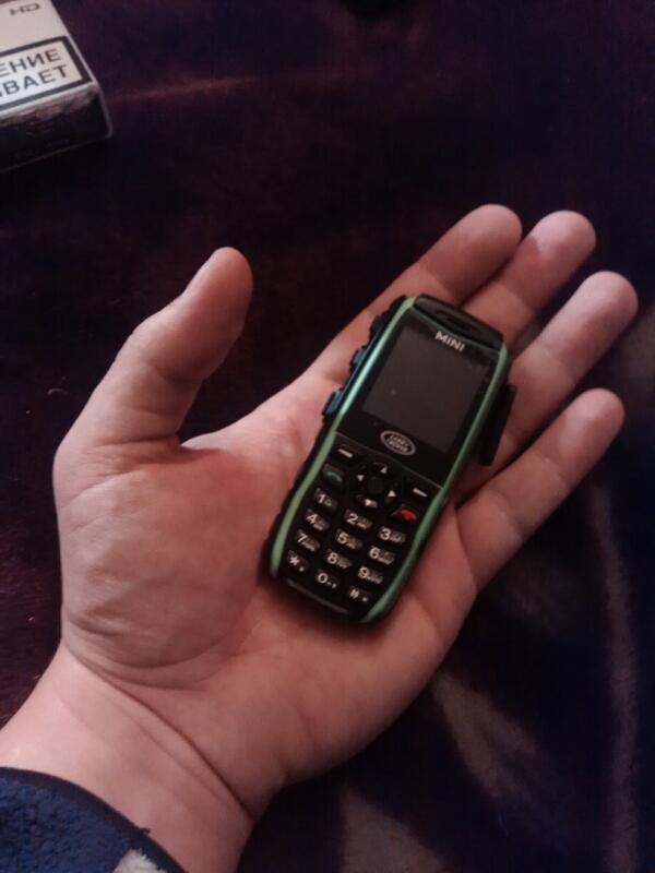 Маленький мобильник на ладони