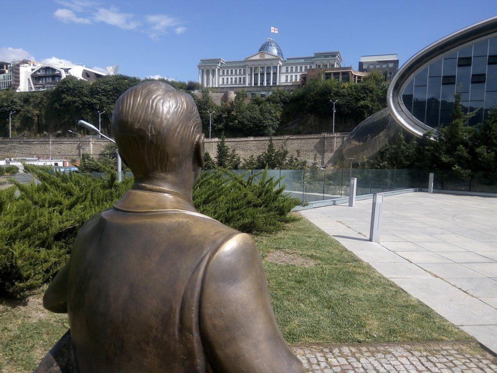 Грузия. Тбилиси. Памятник Рейгану